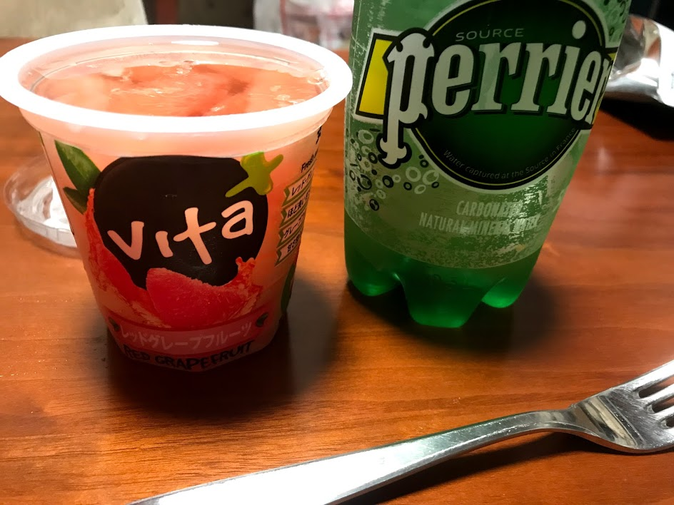 Perrierにレッドグレープフルーツを混ぜて飲むと美味しい